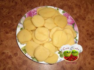 картошка нарезанная кружочками на тарелке