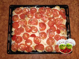 выкладываем на картошку слой помидоров