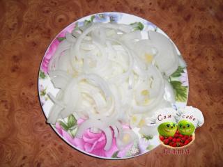 лук нарезанный на тарелке