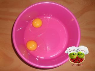 яйца разбить в миску