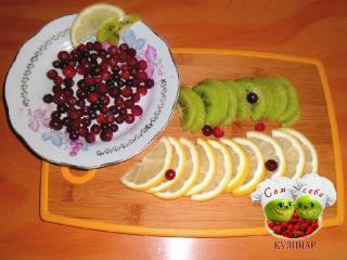 киви нарезанный лимон ягоды клюквы