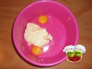 два яйца в миске масло