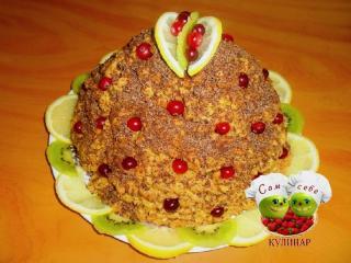украшенный лимонами и нарезанным киви торт