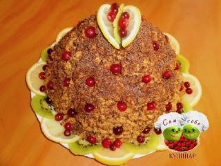 торт муравейник украшенный фруктами ягодами