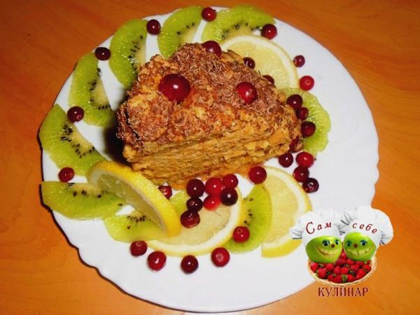 кусочек торта на тарелке с фруктами