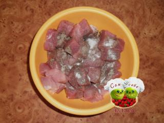 кусочки мяса солим перчим