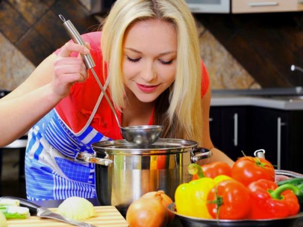 женщина на кухне, тарелка с овощами, кастрюля