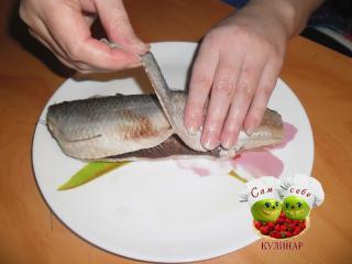 тянем шкурку рыбы в сторону