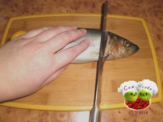отрезаем голову рыбы