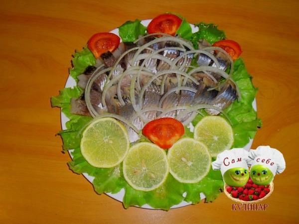филе селедки на листьях салата лимон