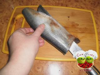 разрезаем брюшко рыбы