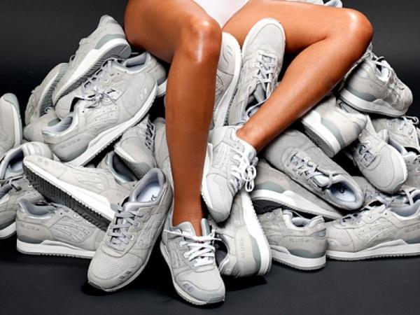 кроссовки серого цвета, куча кроссовок