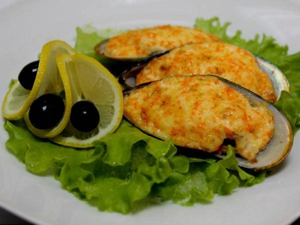 мидии, листья салата, дольки лимона, маслины