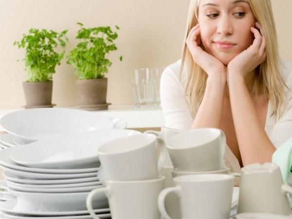 грязная посуда, грустная девушка, цветы в горшочках