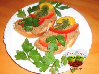 бутерброды с паштетом на тарелке
