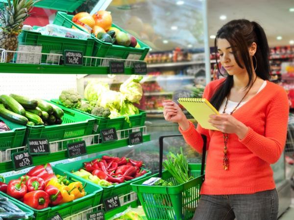 поход в супермаркет, покупка продуктов, прилавок с овощами