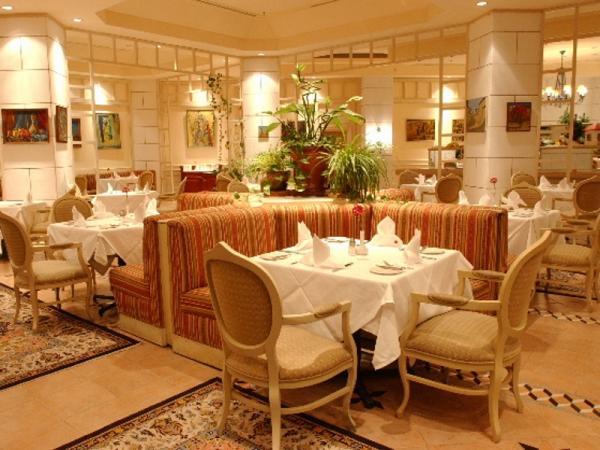 Ресторан, кухня, накрытые столики