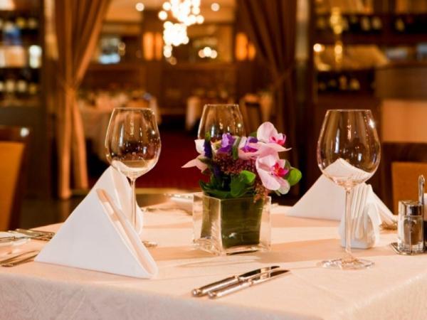Ресторан, накрытый столик, бокалы, цветок в горшочке