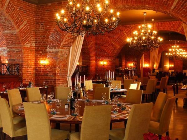 Ресторан, канделябры, сервированные столики