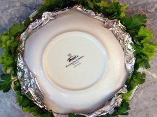 тарелка с салатом перевернутая на блюдо