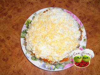 яйца выложить на салат
