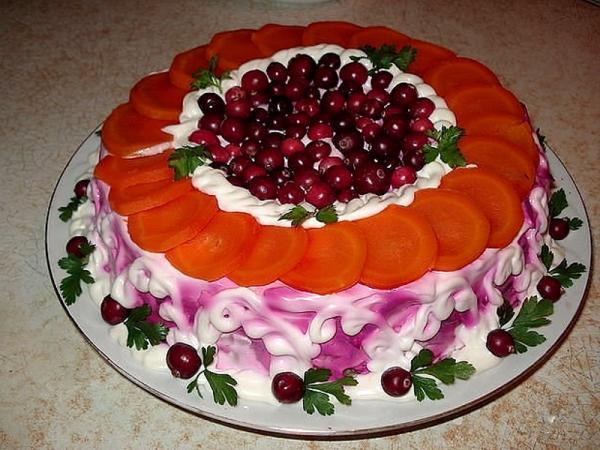 салат  морковь кружочками красные ягоды