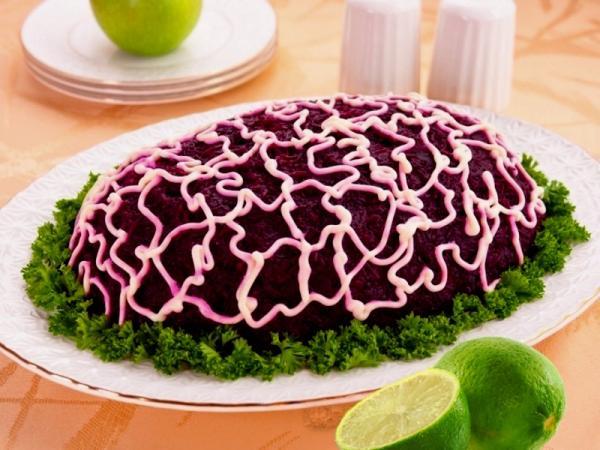 салат украшенный майонезной сеточкой зеленью