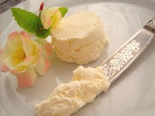 сыр крем на тарелке