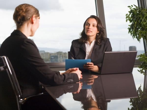 Собеседование в офисе, зеркальный стол, резюме