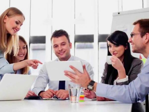сотрудники офиса, сплоченный коллектив