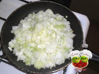 жарим лук на сковороде
