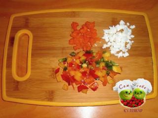 нарезаем перец, морковь