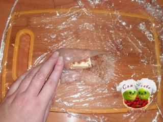масло заворачиваем в отбитое мясо курицы
