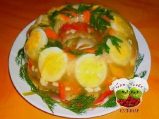 заливное из курицы на тарелке