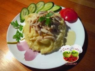 кальмары тушеные в сметане пюре овощи на тарелке