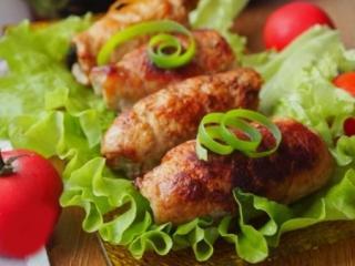 рулеты из свинины салат помидоры