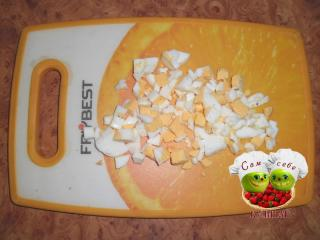 яйца порезанные кубиками на доске