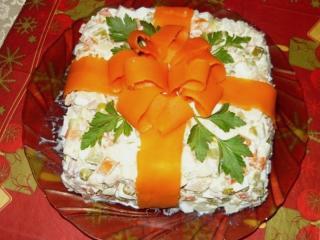 салат подарок оформленный полосками моркови