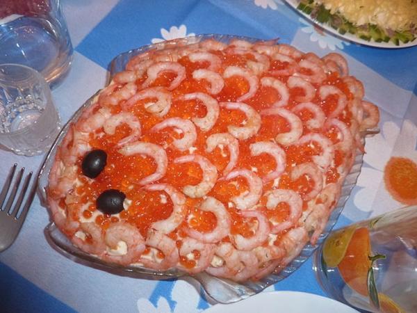салат праздничный в форме рыбки с икрой и креветками