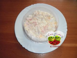 салат в формочке на тарелке