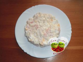 порционный салат на белой тарелке