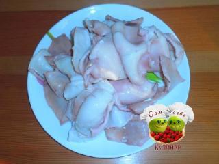 кальмары вареные на тарелке