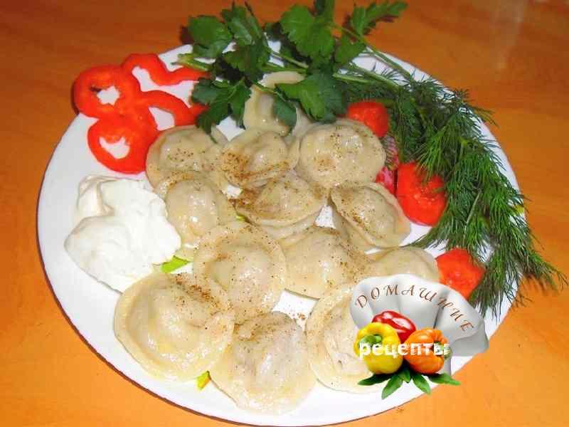 как приготовить пельмени домашние рецепт с фото вкусные пельмени домашние на тарелке с зеленью и сметаной