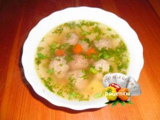 суп с фрикадельками в тарелке на столе