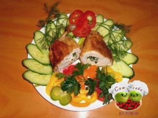 котлеты по киевски на тарелке огурцы перец укроп