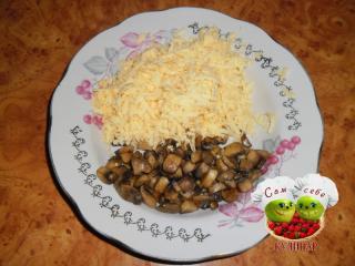 сыр натертый с грибами на тарелке
