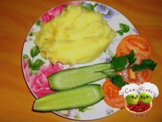 пюре помидоры огурцы на тарелке