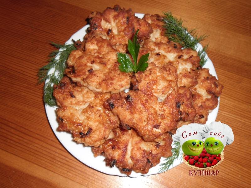 Рубленные куриные котлеты с зеленью на тарелке