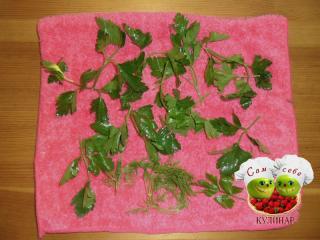 зелень на полотенце