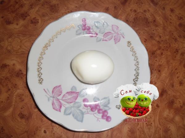 яйцо вареное на тарелке